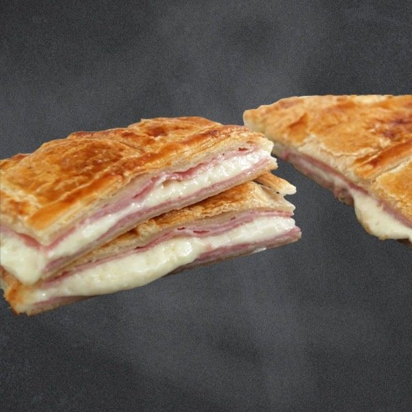 Empanadas caseras de Pastelería Excelsior Linares. Puede elegir entre: jamón york y queso, pollo o atún.
