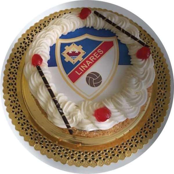 Tarta con foto del Linares Fútbol Club, de nata y almendras, de Pastelería Excelsior Linares. Elaboradas artesanalmente con Bizcocho Imperial Casero.