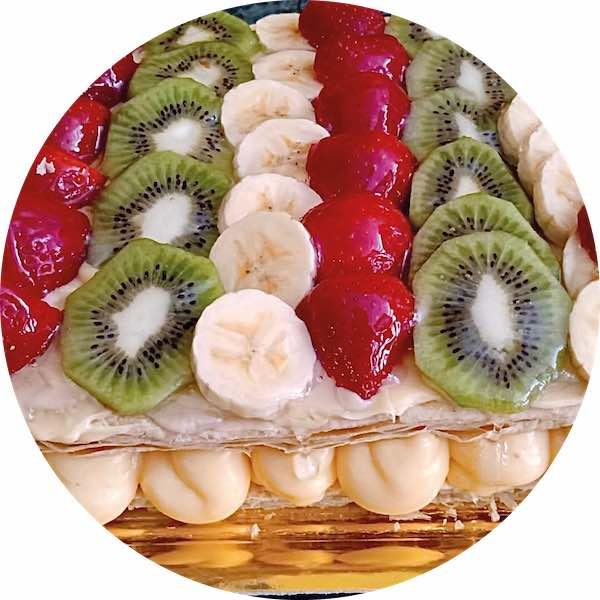 Tarta de hojaldre con frutas y crema de Pastelería Excelsior Linares.